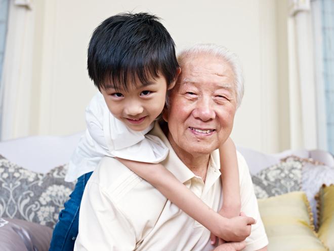 Farfar och son kramas