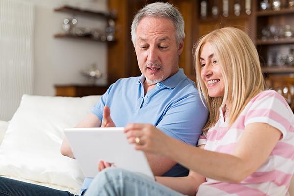 Föräldrar läser i Dagboken
